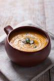 Purée crémeuse savoureuse faite maison de soupe à potiron dans une cuvette Photos libres de droits