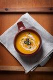 Purée crémeuse savoureuse faite maison de soupe à potiron dans une cuvette Photos stock