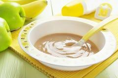 Purée de fruit dans une cuvette, aliment pour bébé Image stock