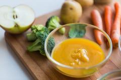 Purée de légumes ou aliment pour bébé dans le bol en verre Photos stock