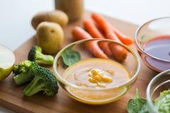 Purée de légumes ou aliment pour bébé dans le bol en verre Image stock