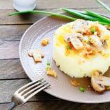 Purée de pommes de terre avec du beurre et des champignons Images libres de droits