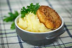 Purée de pommes de terre avec la côtelette frite Photos libres de droits