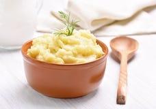 Purée de pommes de terre dans la cuvette en céramique Images libres de droits