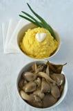 Purée de pommes de terre et champignons d'huître marinés Image stock