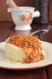 Purée de pommes de terre, sauce au jus des lentilles et légumes Photo libre de droits
