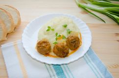 Purée de pommes de terre avec des boulettes de viande Photographie stock libre de droits