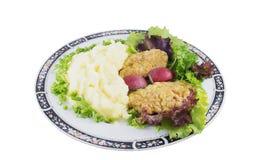 Purée de pommes de terre avec les côtelettes, le radis, l'oignon et la salade de poulet images stock