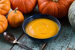 Purée saine de potiron de vegan dans la cuvette bleue décorée de l'orange a Images libres de droits