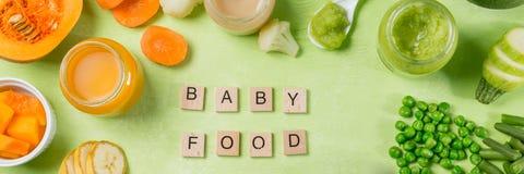 Purés coloridos do comida para bebê nos frascos de vidro Foto de Stock