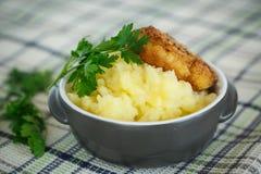 Purés de patata con la chuleta frita Foto de archivo