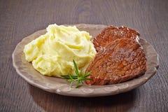 Purés de patata y filete de carne de vaca Imágenes de archivo libres de regalías