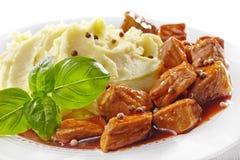 Purés de patata y guisado de la carne Imágenes de archivo libres de regalías
