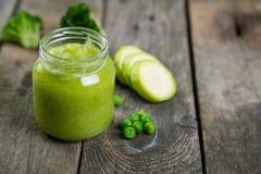 Purés verdes do comida para bebê nos frascos de vidro Imagens de Stock