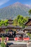 Pura Besakih Balinese tempel med monteringen Agung i bakgrunden royaltyfri fotografi