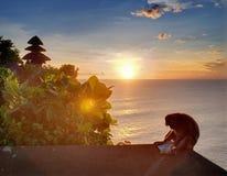 Pura indonesio en puesta del sol Imagen de archivo