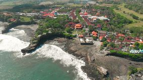 Pura Tanah全部寺庙鸟瞰图在Tabanan,巴厘岛,印度尼西亚 4K 股票录像