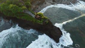 Pura Tanah在一个岩质岛上的全部寺庙 股票视频
