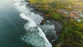Pura Tanah Lot-Tempel auf einer Felseninsel stock footage