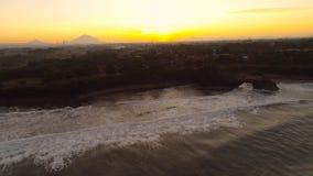 Pura Tanah Lot-Tempel auf einer Felseninsel stock video