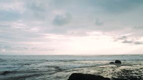 Pura Tanah Lot Temple al tramonto, Tabanan, Bali, Indonesia stock footage