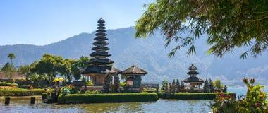Pura Ulun Danu寺庙的全景视图在一个湖Beratan的在巴厘岛 库存图片