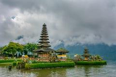 Pura Ulun Danu świątynia na tła surowych chmurach, Bali fotografia stock