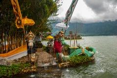 Pura Ulun Danu Batur tempel Skulptur av drakar bali indonesia Arkivfoto
