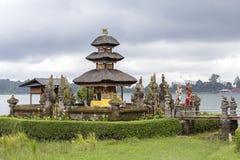 Pura Ulun Danu Bratan świątynia w Bali wyspie Hinduska świątynia w kwiatach na Beratan jeziorze, Azja Zdjęcie Royalty Free