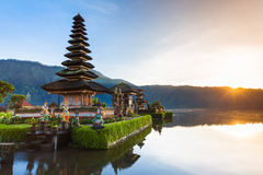 Pura Ulun Danu Bratan ad alba, Bali, Indonesia Fotografie Stock Libere da Diritti