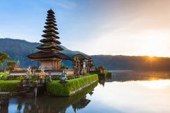 Pura Ulun Danu Bratan przy wschodem słońca, Bali, Indonezja Zdjęcia Royalty Free