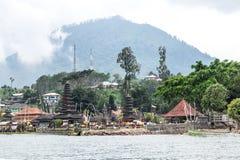 Pura Ulun Danu Bratan przy wschodem słońca, sławna świątynia na jeziorze, Bedugul, Bali, Indonezja Widok od jeziora obraz royalty free