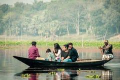 Purbasthali, OXBow-Meer, Chupi, Bardhaman, West-Bengalen, India 1 December 2019 - en Vakantiemensen die letten op fotograferen stock afbeeldingen