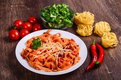 Purea di carne dei peperoncini rossi Tagliatelle con manzo ed i pomodori fotografia stock