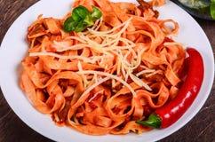Purea di carne dei peperoncini rossi Tagliatelle con manzo ed i pomodori immagine stock