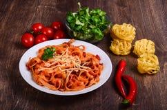 Purea di carne dei peperoncini rossi Tagliatelle con manzo ed i pomodori immagini stock libere da diritti
