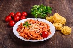 Purea di carne Tagliatelle con manzo, maiale ed i pomodori immagini stock libere da diritti