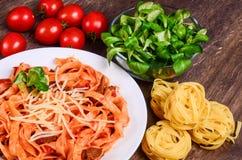 Purea di carne Tagliatelle con manzo, maiale ed i pomodori immagini stock