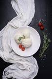 Puree ziemniaczane na talerzu z czereśniowymi pomidorami i rozmarynami Boczni naczynia, wysokiego kąta widok Obraz Stock