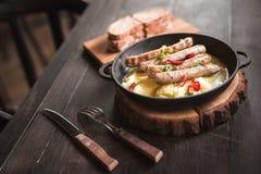 Puree ziemniaczane z kiełbasami piec na grillu Zdjęcia Stock