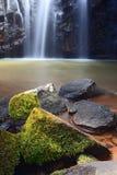 Pureté idyllique d'automne de l'eau de cascade à écriture ligne par ligne de paradis   images libres de droits