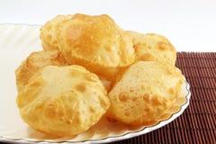 Puri eller Poori traditionell indisk hemlagad djupt stekt bröd eller chapati Fotografering för Bildbyråer