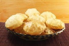 Puri lub tradycyjny indyjski domowej roboty głęboki smażący chleb chapati lub zdjęcia stock