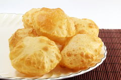 Puri oder traditionelles indisches selbst gemachtes frittiertes Brot oder Chapati Poori Stockbild