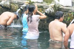 Purificação ritual de hindus do Balinese em um templo da água santamente foto de stock
