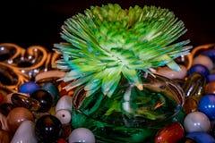 Purificador aromático del aire en bol de vidrio a los pedazos decorativos para la mesa de centro con mármoles coloridos Imagen de archivo libre de regalías
