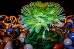 Purificador aromático do ar na bacia de vidro um partes decorativas para a mesa de centro com mármores coloridos Imagem de Stock Royalty Free