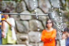 Purification d'eau à l'entrée du temple photo libre de droits