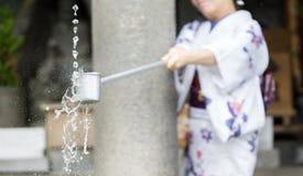 Purification d'eau à l'entrée du temple japonais photographie stock libre de droits