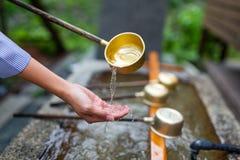 Purification d'eau à l'entrée du temple japonais photos stock